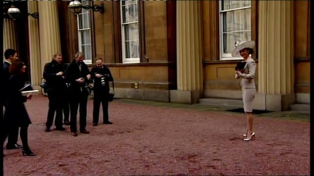 catherine zeta jones receives cbe: photocall and interview; england: london: buckingham palace: ext various of catherine zeta jones photocall holding... - catherine zeta jones video stock e b–roll
