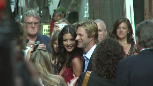 catherine zetajones and aaron eckhart at the 'no reservations' new york premiere at the ziegfeld theatre in new york new york on july 25 2007 - aaron eckhart stock videos & royalty-free footage
