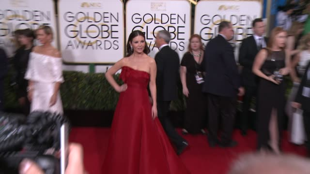 catherine zeta-jones at the 72nd annual golden globe awards - arrivals at the beverly hilton hotel on january 11, 2015 in beverly hills, california. - キャサリン・ゼタ・ジョーンズ点の映像素材/bロール