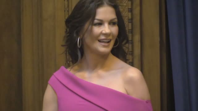 catherine zeta-jones is awarded the freedom of the city of her hometown of swansea before fending questions at a press conference. in the ceremony... - キャサリン・ゼタ・ジョーンズ点の映像素材/bロール