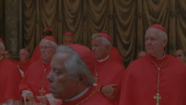 vídeos de stock e filmes b-roll de catholic cardinals gathering for a meeting. - padre