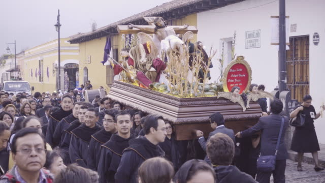 catholic parade at antigua guatemala during lent easter celebration. christ statue carried by people dressed in black costume. - 四旬節点の映像素材/bロール