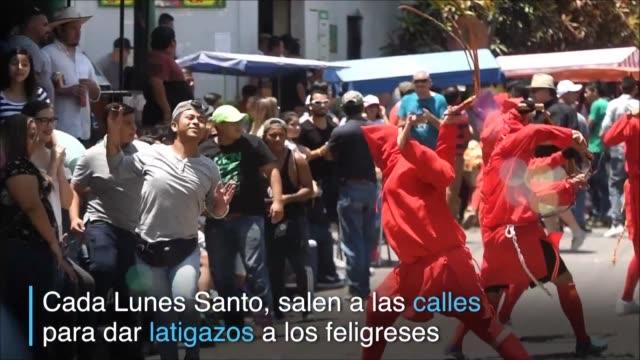 vídeos y material grabado en eventos de stock de católicos salvadorenos celebran el comienzo de la semana santa participando del festival de los talciguines demonios que azotan a los feligreses para... - semana santa
