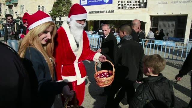 catolicos celebran la navidad en belen lugar de nacimiento de cristo mientras que en gaza velan a un activista de hamas que murio en ataque israeli y... - palestina stock videos and b-roll footage