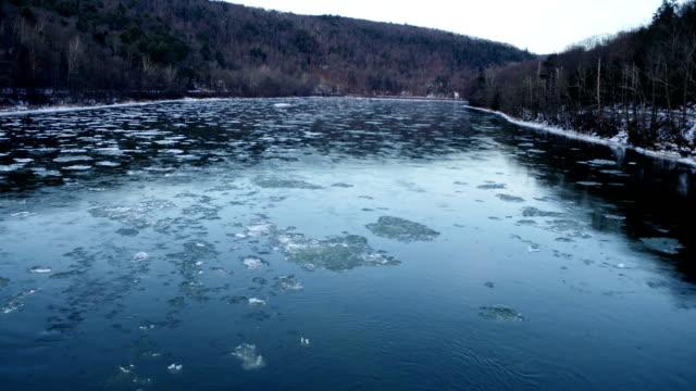 冬の氷の流れる ny キャッツキル山脈デラウェア川水 - デラウェア川点の映像素材/bロール