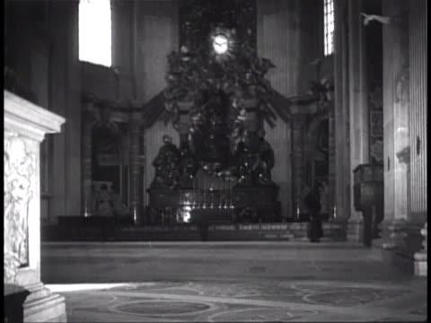 vs cattedra petri elaborate monument by bernini to encase st peter's chair w/ statues of st ambrose st anthanasius st john chrysostom st augustine... - apostle bildbanksvideor och videomaterial från bakom kulisserna