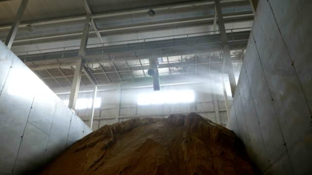 stockvideo's en b-roll-footage met veevoer in opslag in de fabriek - opslagkamer