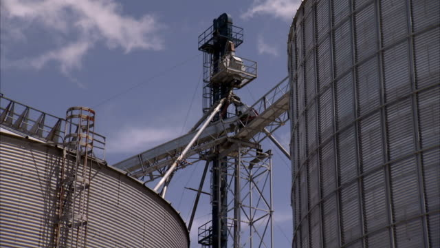 vidéos et rushes de catwalks connect grain silos. - silo