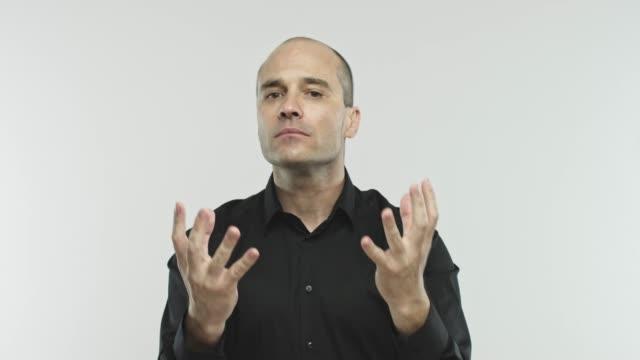 vídeos de stock e filmes b-roll de caucasian adult expert giving a lesson - professor da faculdade