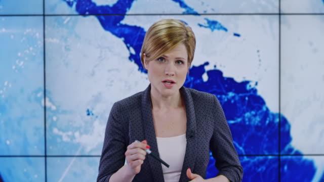 vídeos de stock, filmes e b-roll de apresentadora de caucasiano ld, apresentando as últimas notícias - apresentador de noticiário