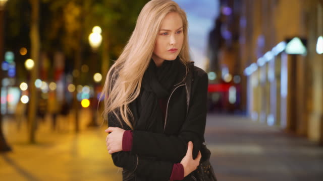 vidéos et rushes de caucasian blonde beauty sightseeing at the champs-elysees in paris - regarder autour de soi