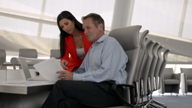 vídeos y material grabado en eventos de stock de caucasian business people discussing paperwork in conference room - camisa y corbata