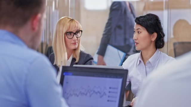 会議室で同僚と話している白人ビジネス女性 - 権力点の映像素材/bロール