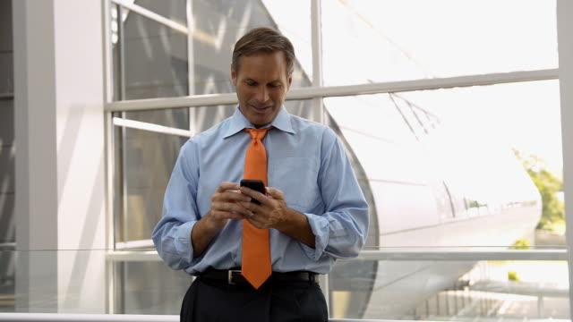 vídeos y material grabado en eventos de stock de caucasian businessman texting on cell phone and laughing - camisa y corbata