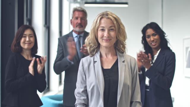Kaukasische Geschäftsfrau, die stolz auf ihre Erfolge