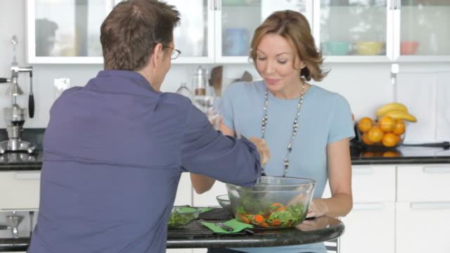 vídeos de stock, filmes e b-roll de caucasian couple sharing salad - 40 49 anos