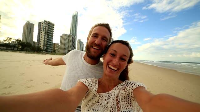 Kaukasische paar unter Selfie Porträt auf Surfers Paradiesstrand