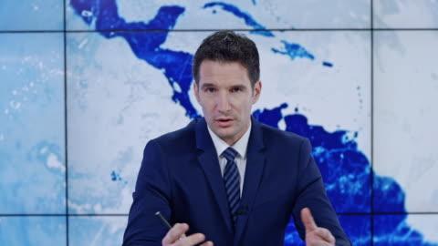 ld kaukasiska manlig ankare presenterar nyheter - journalist bildbanksvideor och videomaterial från bakom kulisserna