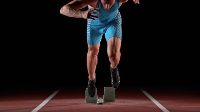 vidéos et rushes de slo mo ld caucasian male sprinter starting - personne sportive