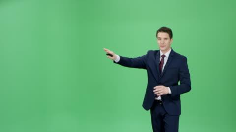 vídeos y material grabado en eventos de stock de hombre caucásico en un traje azul oscuro que presenta el pronóstico del tiempo - verde color