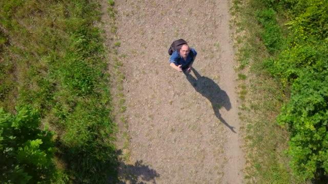 vídeos de stock, filmes e b-roll de homem caucasiano que aterram um zangão - aterrissando