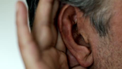 vídeos y material grabado en eventos de stock de hombre caucásico con la mano cortada en la oreja escuchando - manos ahuecadas