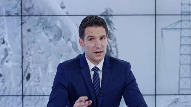 ld kaukasische nachrichten moderator präsentiert das update auf die schweren schneebedingungen - journalist stock-videos und b-roll-filmmaterial