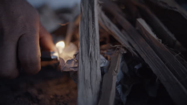 Kaukasiska personens Hand lampor eld