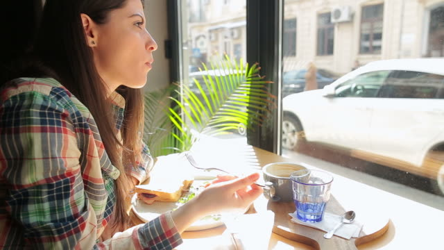 vidéos et rushes de caucasien femme manger le petit déjeuner. - salade