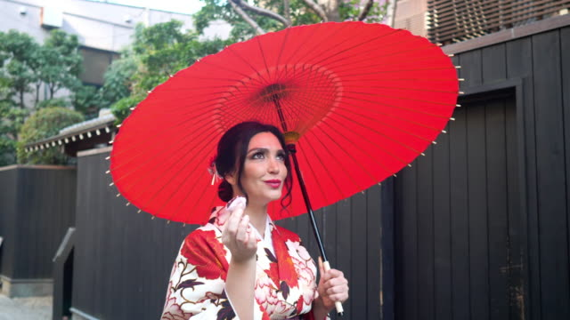 kaukasierin in kimono essen daifuku japanische konfektion auf der straße - einzelne frau über 30 stock-videos und b-roll-filmmaterial