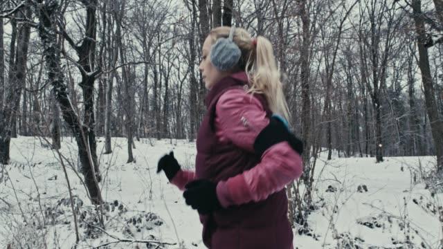 vídeos de stock, filmes e b-roll de mulher caucasiana corrida - protetor de ouvido