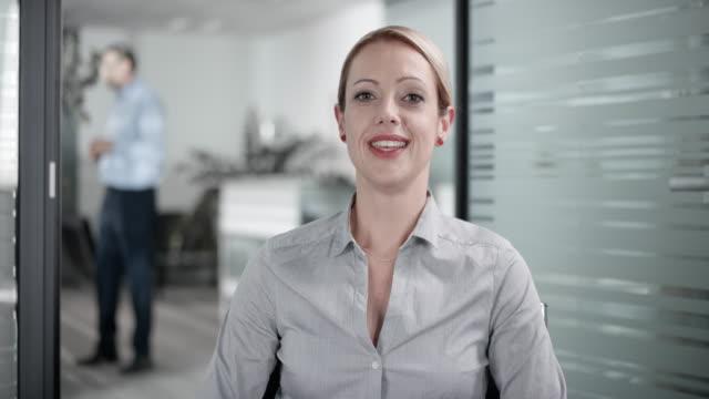 vídeos y material grabado en eventos de stock de mujer caucásica en una video llamada con un cliente desde su oficina - conferencia telefonica