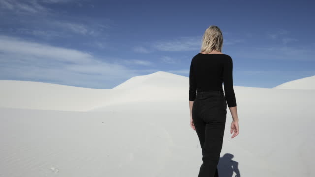 caucasian woman walks in desert, wide - spärlichkeit stock-videos und b-roll-filmmaterial