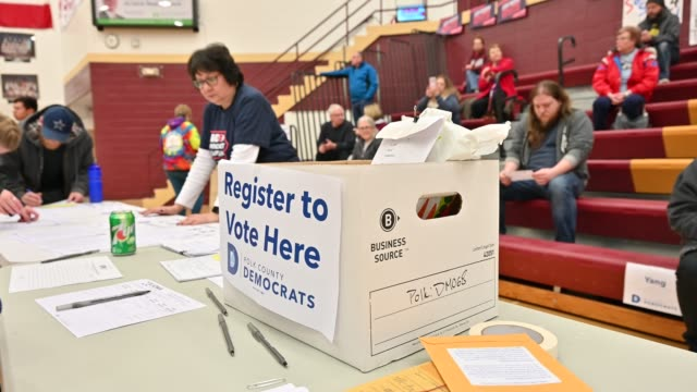 vídeos de stock e filmes b-roll de caucus goers register at a caucus site at lincoln high school on february 3, 2020 in des moines, united states. iowa is the first contest in the 2020... - partido democrático eua