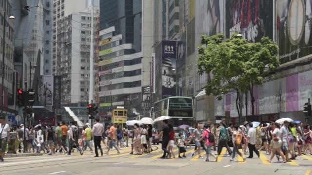 vídeos de stock, filmes e b-roll de causeway bay hong kong china monday aug 10 2015 shots wide shot shoppers and pedestrians cross hennessy road in the causeway bay shopping district of... - ilha de hong kong
