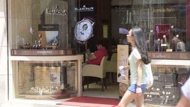 vídeos de stock, filmes e b-roll de causeway bay hong kong china monday aug 10 2015 shots wide shot pedestrians and shoppers walk past a zenith store on russell street pedestrians walk... - ilha de hong kong