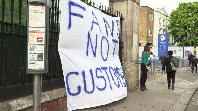 vidéos et rushes de *caution strong language* fans protest against chelsea's involvement in the new european super league outside stamford bridge, london. - london bridge angleterre