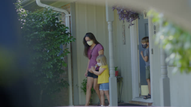 vídeos de stock, filmes e b-roll de cautious young latino family walk out the front door of their house together - latin american and hispanic ethnicity