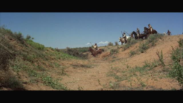vídeos y material grabado en eventos de stock de ws cavalry men riding horse over crest - animales de trabajo