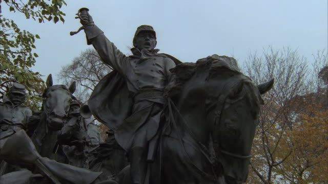 vidéos et rushes de ms, pan, cavalry statue and capitol building, washington dc, usa - représentation masculine