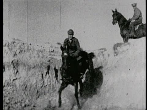 stockvideo's en b-roll-footage met cavalry unit in training / horsemen riding through tough terrain / cavalry charging through fields - machinegeweer