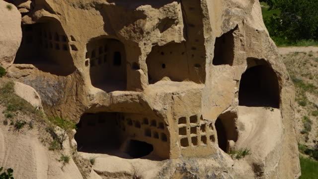 vídeos de stock, filmes e b-roll de cave entrances in a rock formation - grupo mediano de animales