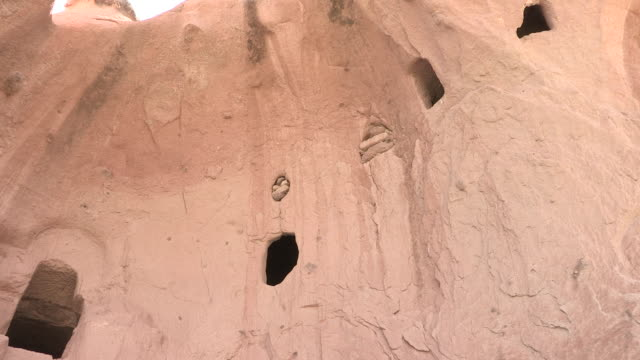 cave house facade, cappadocia, turkey - cliff dwelling stock videos & royalty-free footage
