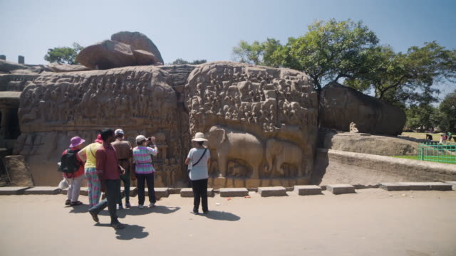 vídeos de stock e filmes b-roll de cave temple at mamallapuram group of monuments at mahabalipuram - templo