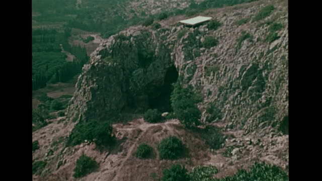 cave w/ excavation tools ha ws zo mount carmel mountain cliff anthropology archaeology biblical - avvenimento biblico video stock e b–roll