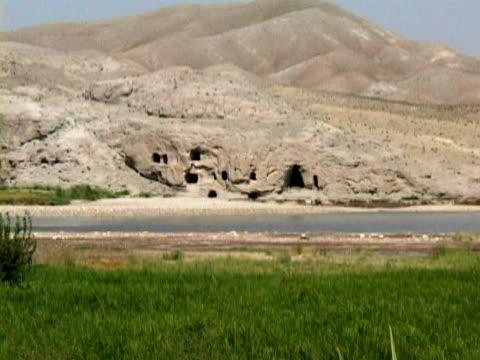 ws ls zo caves in mountains, kabul, bagram road, afghanistan - kabul stock-videos und b-roll-filmmaterial