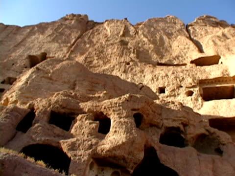 ms la caves in rock, bamyan, hazarajat, afghanistan - felswand stock-videos und b-roll-filmmaterial