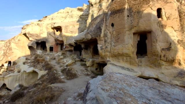 vídeos de stock, filmes e b-roll de cavernas nas montanhas de capadócia em turquia - capadócia