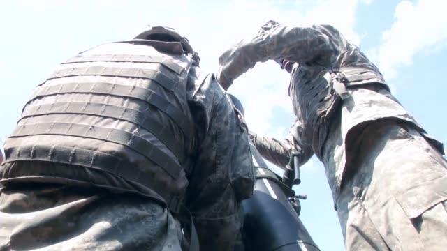 cav's mortar team conducts gunnery during exercise combined resolve ii - infanteri bildbanksvideor och videomaterial från bakom kulisserna