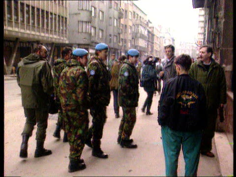 vidéos et rushes de ceasefire and us arms supervision continues; 21.00 bosnia-herzegovina: sarajevo tgv crowds of people walking in marketplace two men walking slowly... - bosnie herzégovine